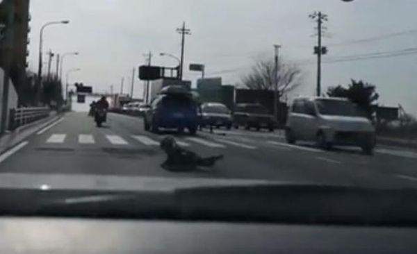 Parent rides off as kid pillion falls off bike