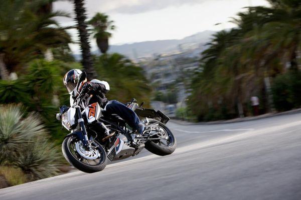 2013 KTM Duke 200 in action 4