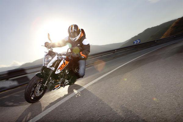 2013 KTM Duke 200 in action 3
