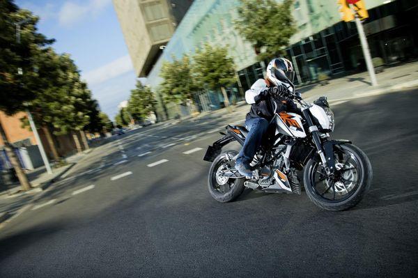 2013 KTM Duke 200 in action 2