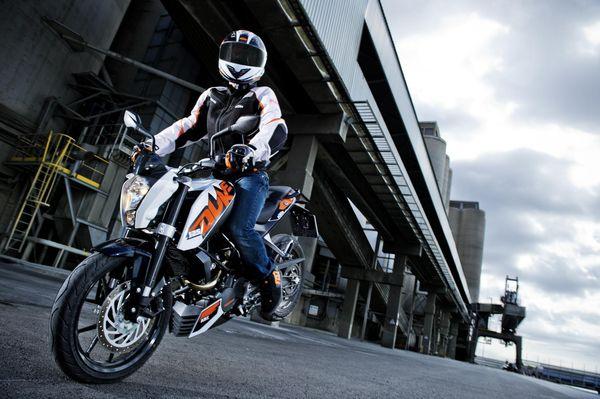2013 KTM Duke 125 in action 1